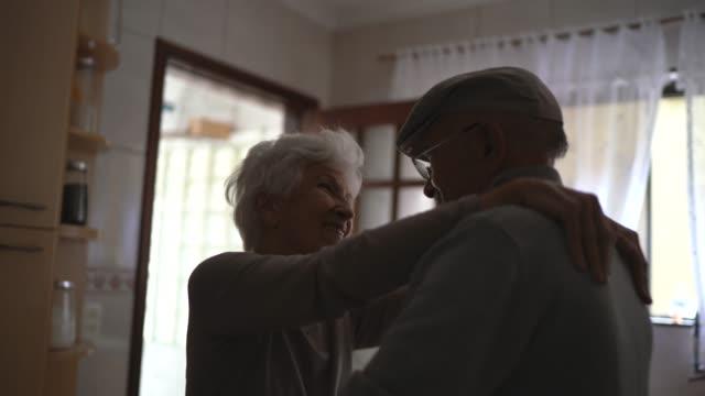 schönes senior-paar tanzen zu hause - älteres paar stock-videos und b-roll-filmmaterial