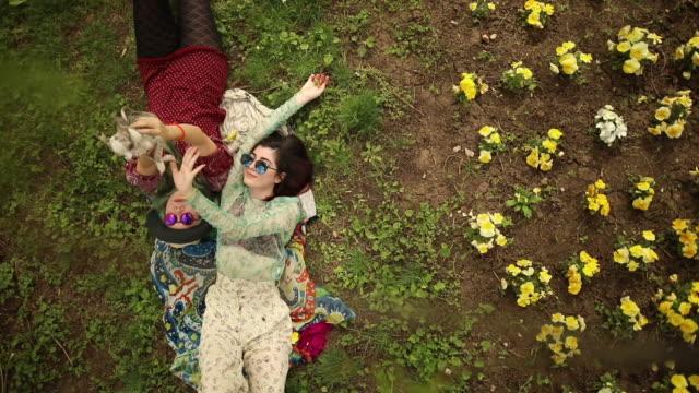 vídeos de stock, filmes e b-roll de dia lindo de primavera - cabelo verde
