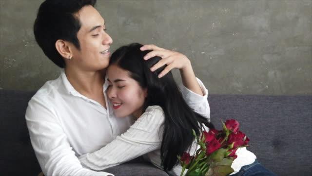 amante a san valentino, give present box, rose e hug kiss insieme - strategia di vendita video stock e b–roll