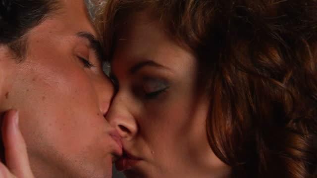 stockvideo's en b-roll-footage met lovers kiss with - meer dan 20 seconden