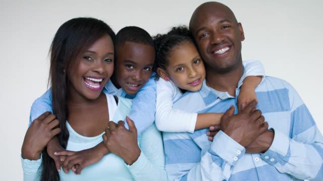 愛情のあるアフリカ系アメリカ人の家族 - 白背景点の映像素材/bロール