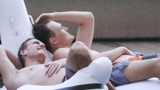 vídeos de stock, filmes e b-roll de casal na piscina - homem homossexual