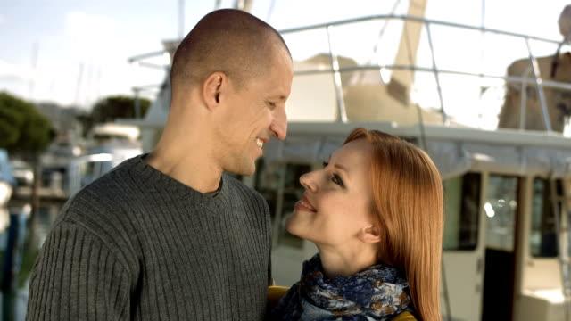 vídeos de stock, filmes e b-roll de hd: loving casal abraçando em uma doca - atracado