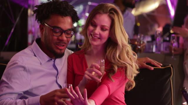 vídeos de stock, filmes e b-roll de casal desfruta de uma bebida - after work