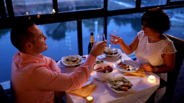 vídeos de stock, filmes e b-roll de casal apaixonado, jantando no restaurante - estação turística