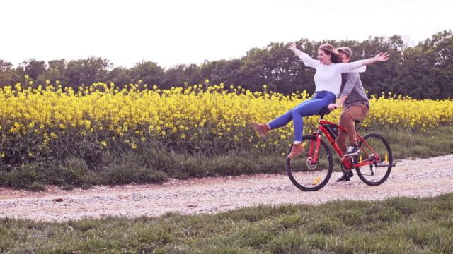 vídeos y material grabado en eventos de stock de slo mo amor pareja divertirse montando en el manillar - manillar