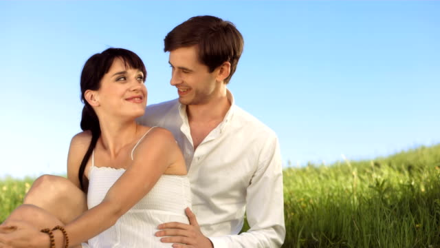 vidéos et rushes de hd ralenti: couple amoureux dans une prairie - jeune d'esprit
