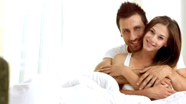 hd :愛するカップルのベッドルーム - adults only videos点の映像素材/bロール