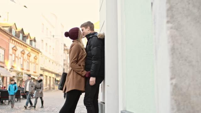 vídeos de stock e filmes b-roll de amantes casal beijar na cidade - patio