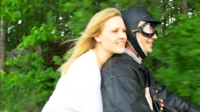 HD-ZEITLUPE: Liebespaar auf einem Moped