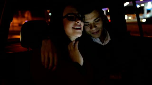 vidéos et rushes de couple d'amoureux sur la banquette arrière de la voiture - siège arrière de passager