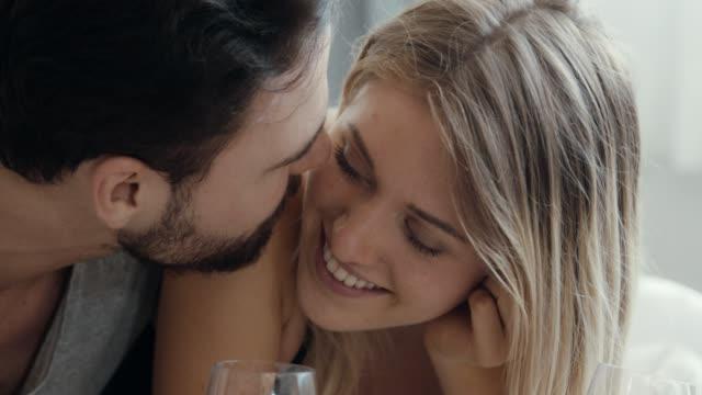愛するカップル、ロマンチックな瞬間 - 性的行動点の映像素材/bロール
