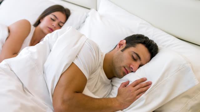 vídeos de stock e filmes b-roll de amantes casal dormir - cena de tranquilidade