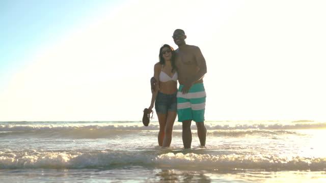 vídeos de stock e filmes b-roll de loving couple talking while walking in sea - 35 39 anos