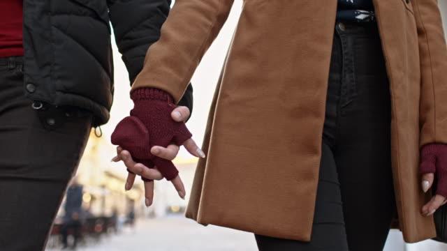 Liebevolle Paar beim Gehen in der Stadt