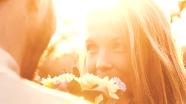 vídeos y material grabado en eventos de stock de pareja amorosa con flores - giving