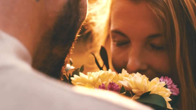 vídeos de stock e filmes b-roll de loving couple with flowers - amor
