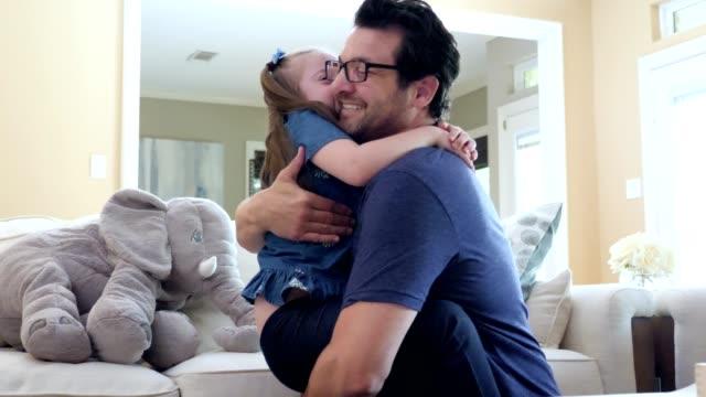 stockvideo's en b-roll-footage met liefdevolle papa knuffels zijn jonge speciale behoeften dochter - dochter