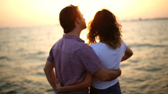 vidéos et rushes de amoureux les autres - embrasser sur la bouche