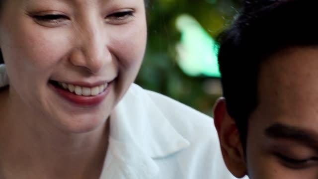cu : 家庭で家族を愛する楽しみ - マッサージする点の映像素材/bロール