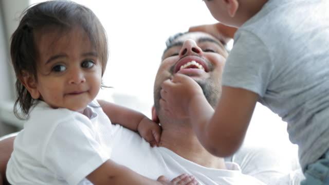 vidéos et rushes de père affectueux avec le fils - espièglerie