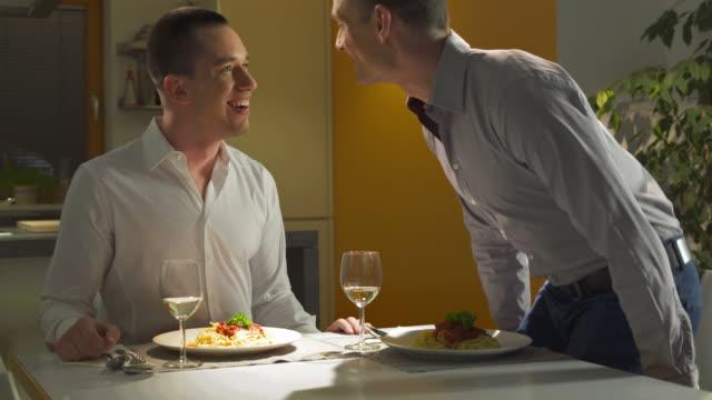 hd :loving ゲイのカップルがディナー - お食事デート点の映像素材/bロール