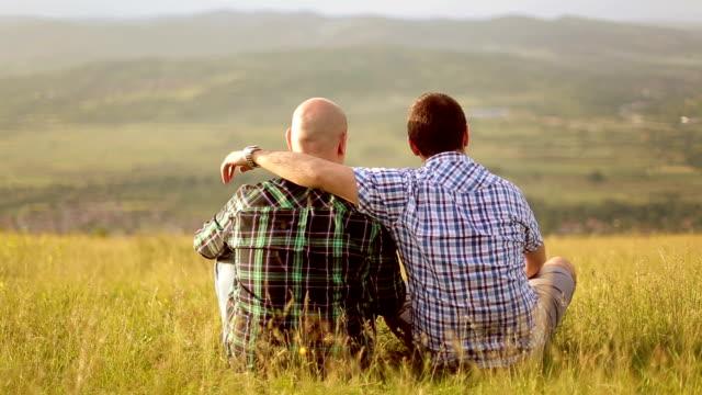 vídeos y material grabado en eventos de stock de foto de una pareja gay - camisa a cuadros