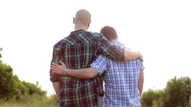 vídeos de stock, filmes e b-roll de loving gay casal - homem homossexual