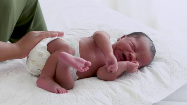 vídeos y material grabado en eventos de stock de amante mamá cuidando a su bebé recién nacido en casa. - recién nacido 0 1 mes