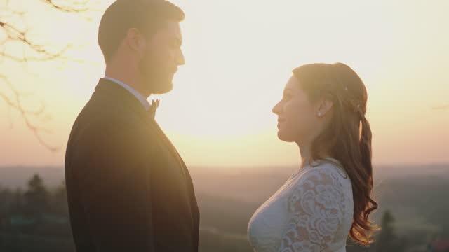 お互いを見て愛する新婚カップル - 白のドレス点の映像素材/bロール