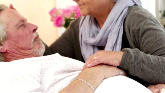 vídeos de stock, filmes e b-roll de amorosa par sênior no quarto do hospital - recuperação
