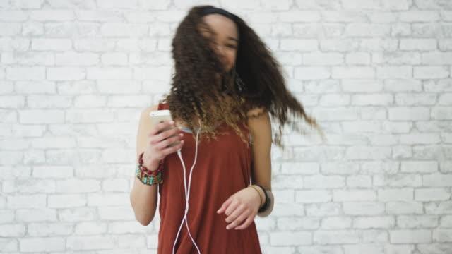 stockvideo's en b-roll-footage met liefdevolle de muziek - in ear koptelefoon