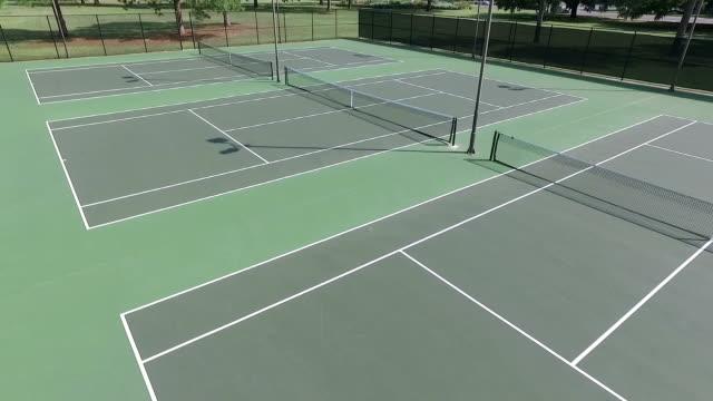 vidéos et rushes de low vue aérienne sur les courts de tennis - terrain de sport sur gazon