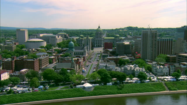 stockvideo's en b-roll-footage met low altitude aerial from over the susquehanna river of the pennsylvania state capitol complex at harrisburg, pa - pennsylvania