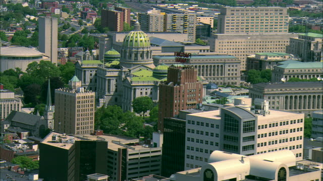 vidéos et rushes de low altitude aerial mcu of office buildings of downtown harrisburg, pa including the pennsylvania state capitol building - style néoclassique
