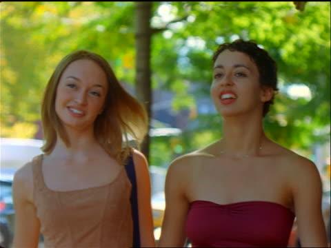 vídeos y material grabado en eventos de stock de low angle 2 teen girls talking + walking on sidewalk on avenue a / east village, nyc - sólo chicas adolescentes