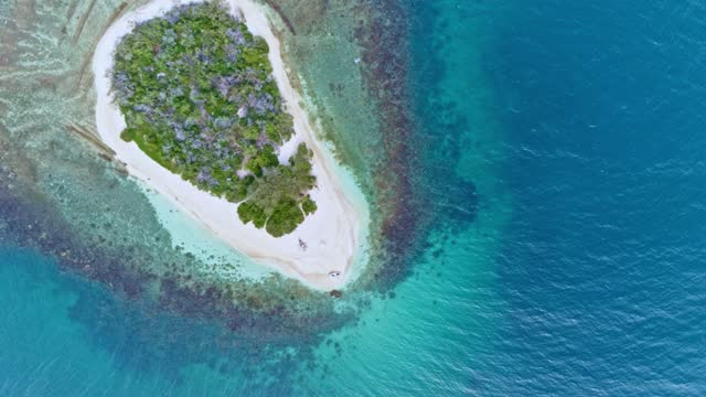low angle aerial view of a white sand cay in the caribbean sea with turquoise waters - caribbean sea stock videos & royalty-free footage