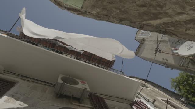 vídeos y material grabado en eventos de stock de low angle, alleyway in croatian island town - cultura croata