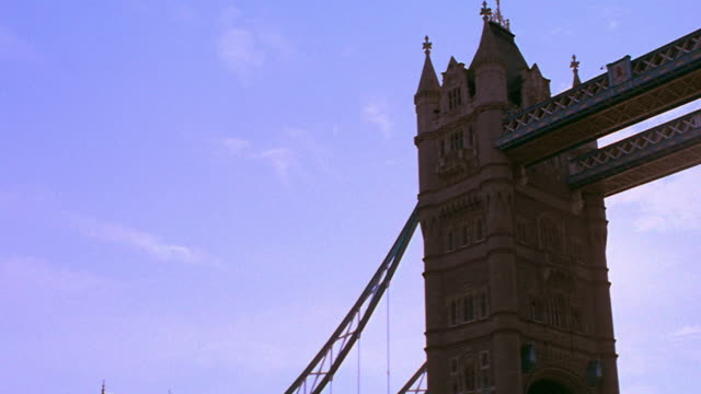 low angle boat point of view tilt up pan tower bridge on thames river / london, england - 跳開橋点の映像素材/bロール