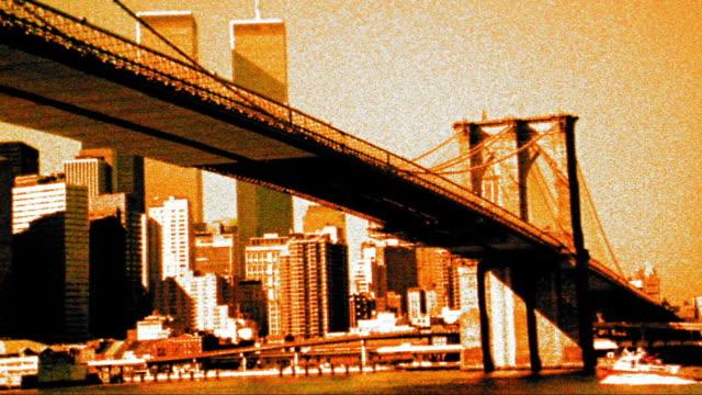 vídeos de stock, filmes e b-roll de grainy cross process low angle ms brooklyn bridge with downtown manhattan + world trade center in background / nyc - superexposto