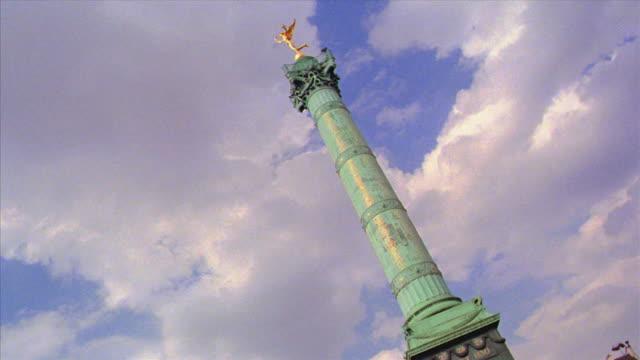 vídeos de stock, filmes e b-roll de canted low angle car point of view colonne de juillet in place de la bastille / paris, france - bastille