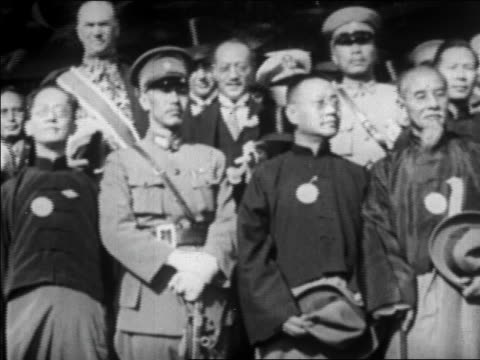 stockvideo's en b-roll-footage met b/w 1927 low angle chiang kaishek others standing in group / china / newsreel - chiang kai shek