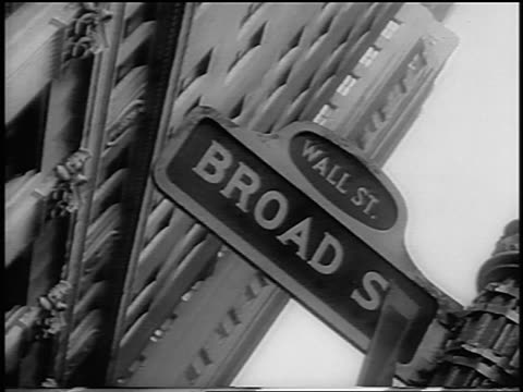 vídeos y material grabado en eventos de stock de b/w 1962 canted low angle close up broad street street sign at intersection with wall street / newsreel - 1962