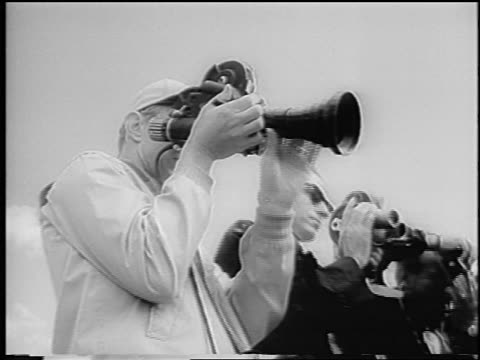 b/w 1966 low angle close up photographer with long lens at indianapolis 500 / newsreel - einzelner mann über 30 stock-videos und b-roll-filmmaterial