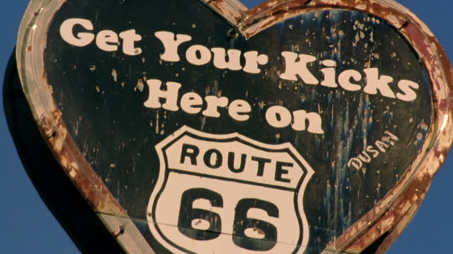 "vidéos et rushes de low angle close up rack focus old heart shaped sign reading ""get your kicks here on route 66"" / holbrook, arizona - route 66"