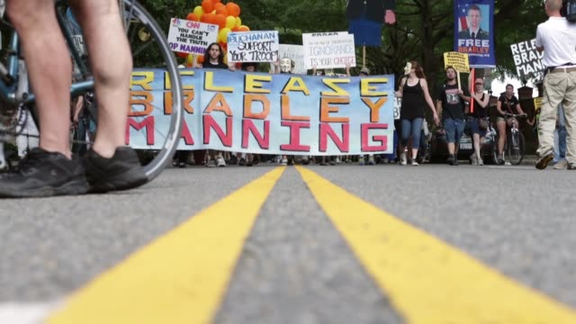 vídeos y material grabado en eventos de stock de low angle close up supporters of us army private first class bradley manning protest his detention by marching around the perimeter and blocking the... - petición
