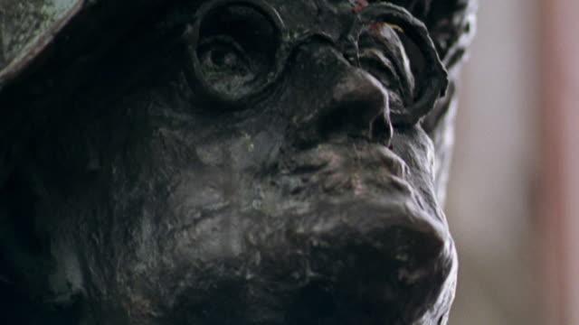 vidéos et rushes de low angle close up tilt up statue of james joyce on grafton street / dublin, ireland - james joyce