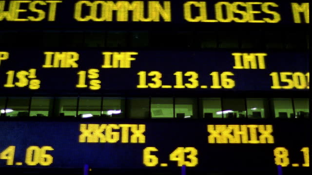 low angle close up time lapse digital stock ticker board on building exterior at night / nyc - 大組物體 個影片檔及 b 捲影像