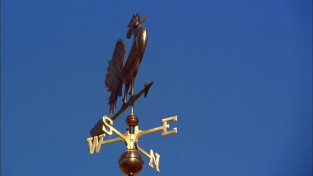vidéos et rushes de low angle close up weather vane with clear blue sky in background / new england - ciel sans nuage