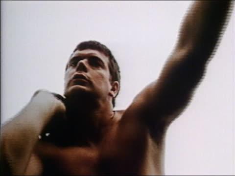 vídeos y material grabado en eventos de stock de 1970 low angle close up zoom out man preparing to throw shot put - lanzamiento de pesos